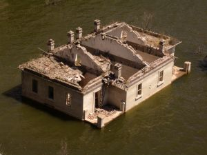 1064041_a_house_destroyed_by_the_flood